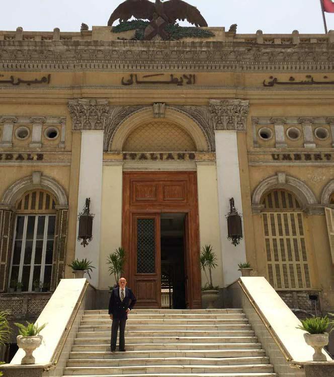 E.B. sullo scale dell'Ospedale della S.I.B. (Società Italiana di Beneficenza) al Cairo
